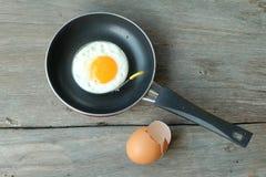 Uovo fritto con la pentola Fotografia Stock