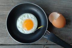 Uovo fritto con la pentola Fotografie Stock