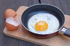 Uovo fritto con la pentola Immagini Stock Libere da Diritti