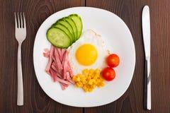 Uovo fritto con le verdure ed il prosciutto Fotografia Stock Libera da Diritti