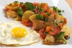 Uovo fritto con le verdure fritte Fotografia Stock Libera da Diritti