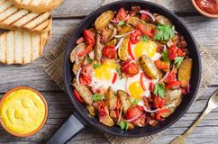 Uovo fritto con pancetta affumicata immagini stock libere da diritti