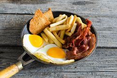 Uovo fritto con pancetta affumicata fotografie stock libere da diritti