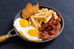 Uovo fritto con pancetta affumicata fotografie stock