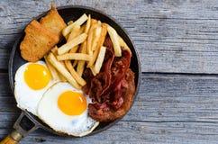 Uovo fritto con pancetta affumicata immagine stock libera da diritti