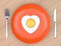 Uovo fritto del cuore in piatto arancio Fotografia Stock Libera da Diritti