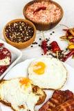 Uovo fritto e bacon arrostito sul tavolo da cucina Proteina sana della prima colazione per gli atleti immagini stock