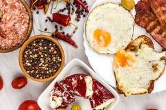 Uovo fritto e bacon arrostito sul tavolo da cucina Proteina sana della prima colazione per gli atleti immagini stock libere da diritti