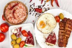 Uovo fritto e bacon arrostito sul tavolo da cucina Proteina sana della prima colazione per gli atleti fotografie stock libere da diritti