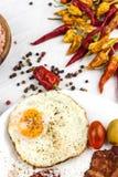 Uovo fritto e bacon arrostito sul tavolo da cucina Proteina sana della prima colazione per gli atleti fotografia stock libera da diritti