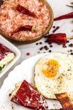 Uovo fritto e bacon arrostito sul tavolo da cucina Proteina sana della prima colazione per gli atleti immagine stock