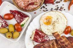 Uovo fritto e bacon arrostito sul tavolo da cucina Proteina sana della prima colazione per gli atleti fotografie stock