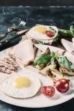 Uovo fritto e bacon sul piatto fotografie stock