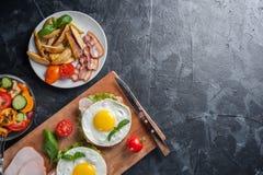 Uovo fritto e pancetta affumicata immagini stock