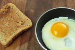 Uovo fritto e pane tostato Fotografie Stock Libere da Diritti