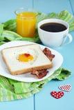 Uovo fritto a forma di cuore Fotografie Stock Libere da Diritti