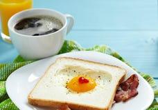 Uovo fritto a forma di cuore Immagini Stock