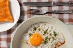 Uovo fritto naturale in una vecchia padella Immagini Stock