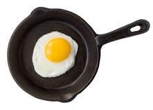 Uovo fritto in padella del ferro fotografia stock libera da diritti