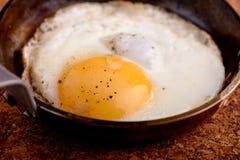 Uovo fritto in pentola immagini stock libere da diritti