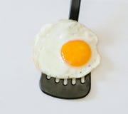 Uovo fritto su una spatola nera Fotografia Stock Libera da Diritti