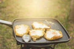 Uovo fritto su una vaschetta di frittura immagine stock libera da diritti