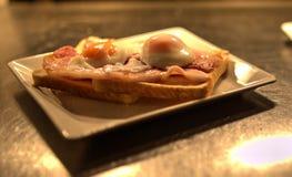 Uovo fritto sulla prima colazione del pane tostato Fotografie Stock