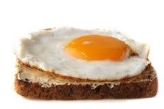 Uovo fritto tradizionale su pane tostato imburrato Fotografia Stock Libera da Diritti