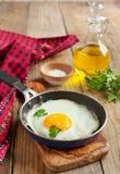 Uovo fritto in una padella per la prima colazione Immagini Stock