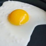 Uovo fritto in una pentola Fotografia Stock