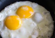 Uovo fritto in una pentola del teflon Fotografia Stock Libera da Diritti