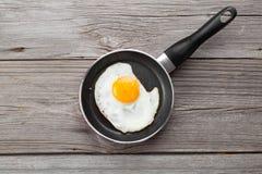 Uovo fritto in una vaschetta di frittura Immagine Stock