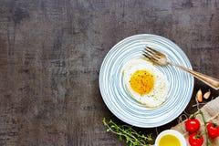 Uovo fritto in zolla fotografia stock