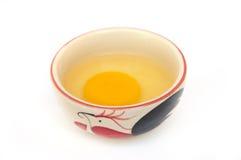 Uovo grezzo in ciotola del pollo Immagini Stock Libere da Diritti
