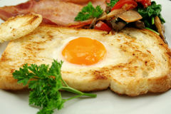 Uovo incastonato nel pane tostato Fotografia Stock Libera da Diritti