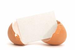 Uovo incrinato con la scheda in bianco #1 Immagini Stock Libere da Diritti