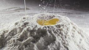 Uovo in mezzo alla farina di frumento candeggiata video d archivio