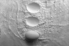Uovo minimalista di natura morta in farina Fotografia Stock Libera da Diritti