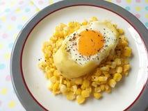 Uovo nel cereale misto della patata Fotografia Stock
