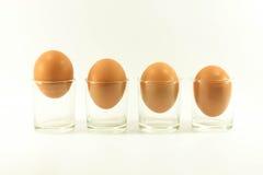 Uovo quattro in uno breve di vetro isolato su fondo bianco immagini stock