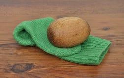 Uovo rammendante con il calzino fatto a mano Immagini Stock Libere da Diritti