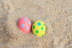 uovo rosa di giorno dell'estere bello e giallo sul fondo della spiaggia Fotografia Stock Libera da Diritti