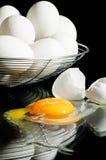 Uovo rotto con le uova in un cestino Fotografie Stock Libere da Diritti