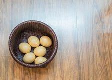 Uovo in un canestro Fotografie Stock Libere da Diritti