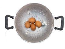Uovo in una ciotola del metallo Fotografie Stock Libere da Diritti