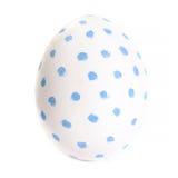 Uovo variopinto isolato sulla fine bianca del fondo su Pasqua felice Fotografia Stock
