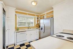 Uowy kuchenny izbowy wnętrze z nowożytną chłodziarką zdjęcie royalty free
