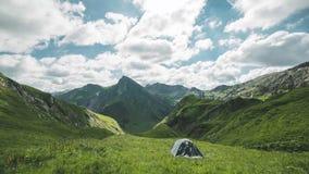 Upływ Austriaccy alps Obozować z namiotem i oglądać chmury ruszamy się górami szybko pośrodku zbiory