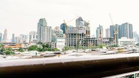 Upływ budowa i samochodowy ruch drogowy w mieście, dolly wyjawia strzał Post?powy budynek technologii poj?cie zbiory