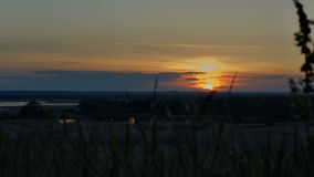 Upływ, czasów podołki, piękny zmierzch nad horyzontem na rzece szybko opuszczać słońce poza horyzont Czerwony niebo w th zdjęcie wideo